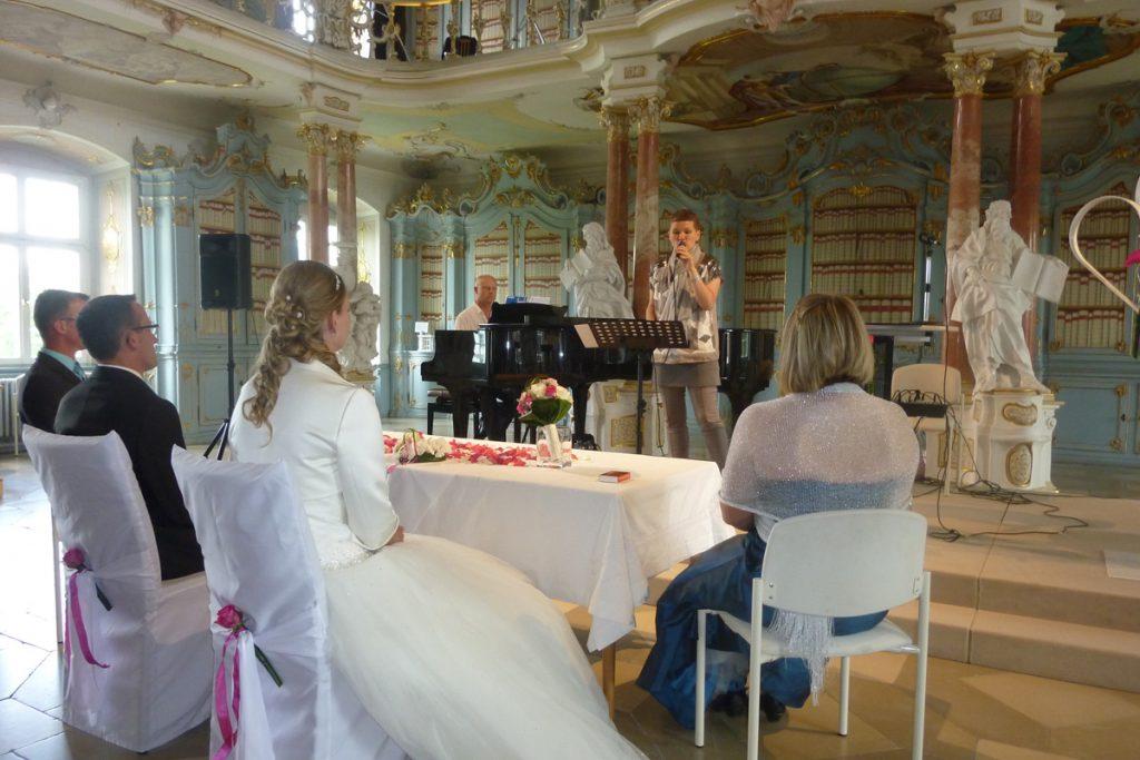 Brigitte Thaler singt im Bibliothekssaal in Bad Schussenried